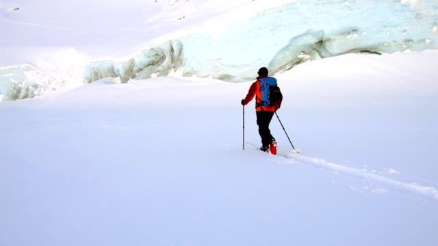 古代の氷河を渡すバックカントリー スキーヤー - canada点の映像素材/bロール