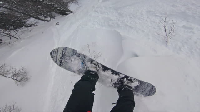 backcountry snowboarder in pulverschnee fallen - snowboard stock-videos und b-roll-filmmaterial