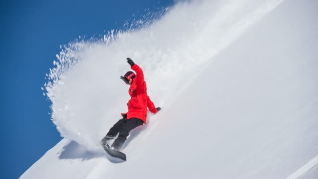 vídeos de stock e filmes b-roll de backcountry snowboarding powder turn - coberto de neve