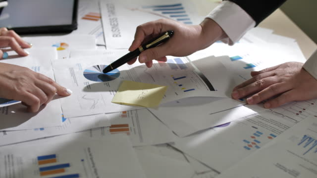 バックグラウンドビジネスミーティングとデータ分析 - 従業員エンゲージメント点の映像素材/bロール