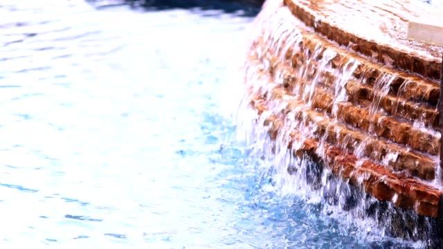 bakgrund av poolen vattenfall. - utebassäng bildbanksvideor och videomaterial från bakom kulisserna