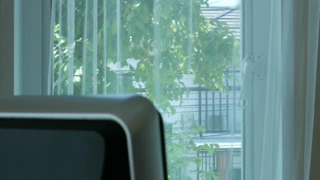 背景には、コンピューターの部屋の一部 - 書斎点の映像素材/bロール