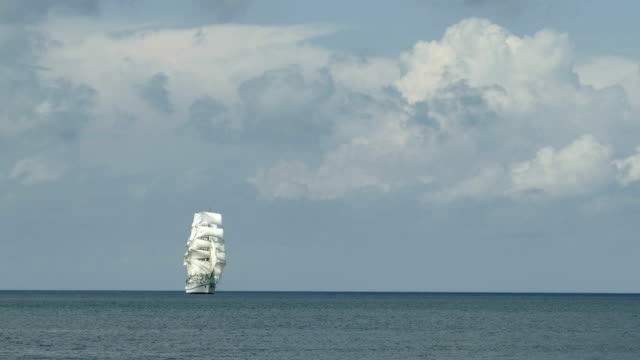 background - tall ship against a background of cloudy sky - veliero video stock e b–roll