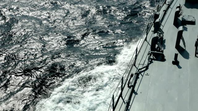 vidéos et rushes de fond - navire de guerre à pleine vitesse - turc