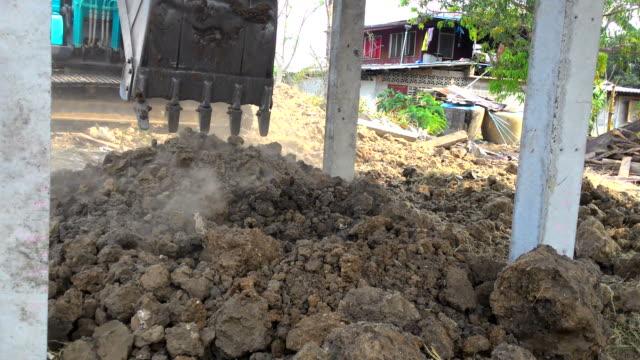 vidéos et rushes de backhoe bulldozer dans la maison - poteau d'appui