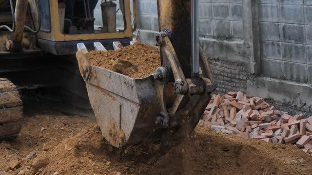vídeos de stock, filmes e b-roll de escavação de retroescavadeira - buraco
