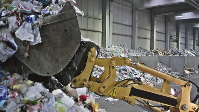 CS backhoe Lader's bucket sture Ansammeln von Plastikmüll