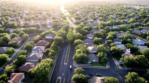 vídeos y material grabado en eventos de stock de copia de seguridad en coches modernos de suburbio hacia fuera para ir al trabajo - austin texas