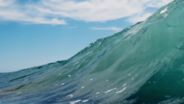 vídeos y material grabado en eventos de stock de retroiluminado hermoso punto de vista como para la fase de onda plana de cámara en la playa de arena en el verano de sol de california. toma en slowmo en la red dragon en 300fps. - pipeline wave