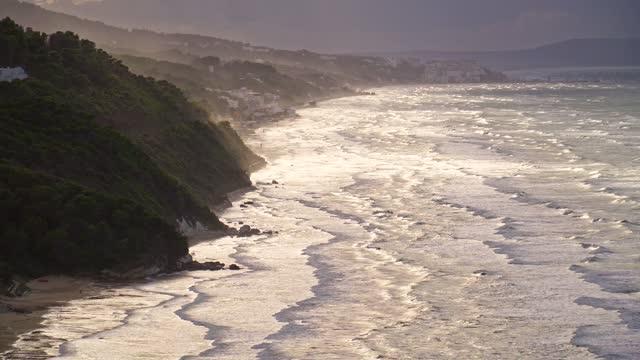 vídeos de stock e filmes b-roll de backlit of apulian coastline in peschici - baía
