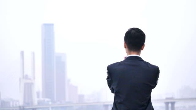 Backlit van zakenman met moderne stad