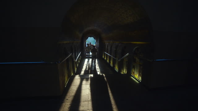 vidéos et rushes de backlit tunnel, entrance of buddha tooth relic temple at kandy, sri lanka - religion