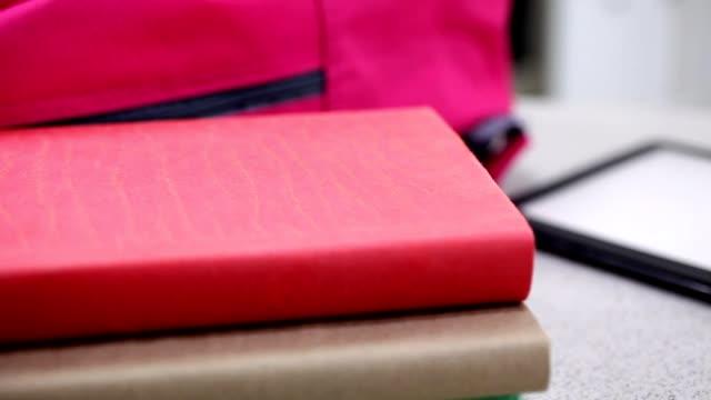 キッチン バーの書籍とデジタル タブレットをバックパックします。 - 学校備品点の映像素材/bロール
