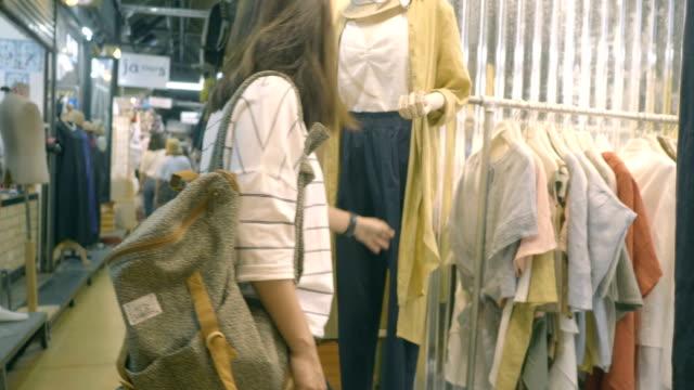 Rugzak vrouwen bij kledingwinkel