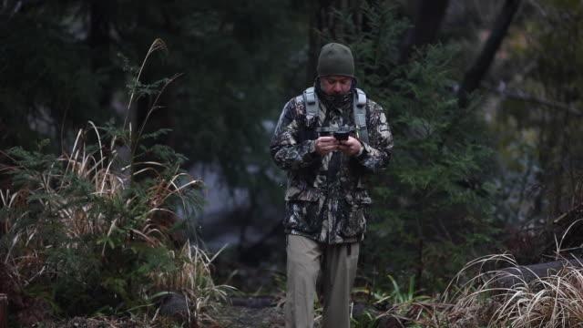 vídeos y material grabado en eventos de stock de mochilero a través del bosque - camuflaje