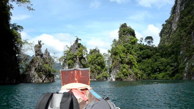 Rucksacktourist auf Boot in Wahrzeichen von Cheow Lan, Thailand