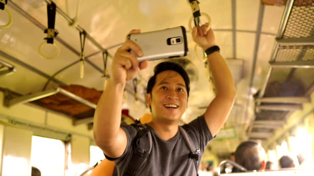 stockvideo's en b-roll-footage met backpacker video bellen in de trein onderweg - exploratie