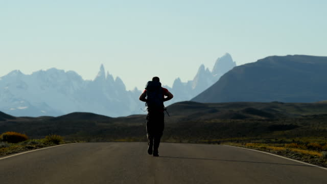 backpacker walking route 23, el chalten - argentina stock-videos und b-roll-filmmaterial