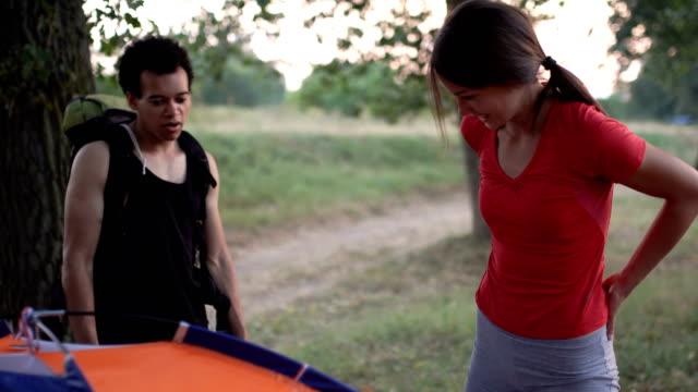 バックパッカーの旅と野宿 - 寝袋点の映像素材/bロール