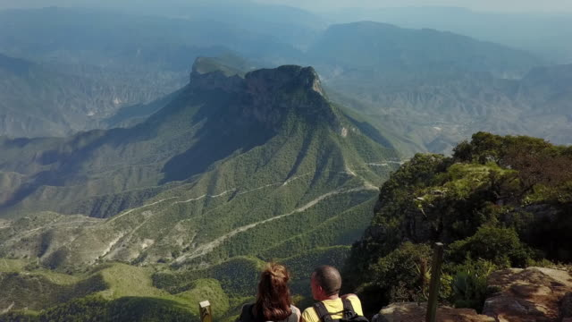stockvideo's en b-roll-footage met backpackers wandelen sierra gorda in mexico - sierra madre