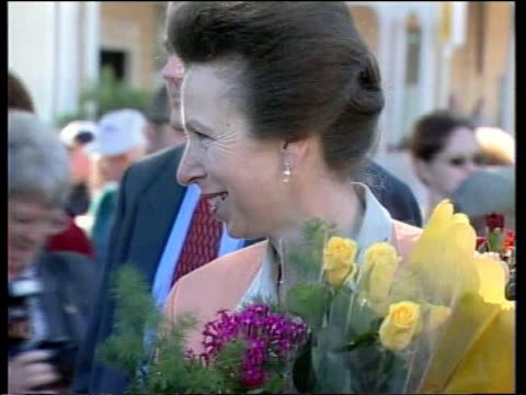 vídeos y material grabado en eventos de stock de backpacker's hostel fire princess anne visits itn queensland childers prince anne carrying flowers along on walkabout in town where 15 people were... - hostal