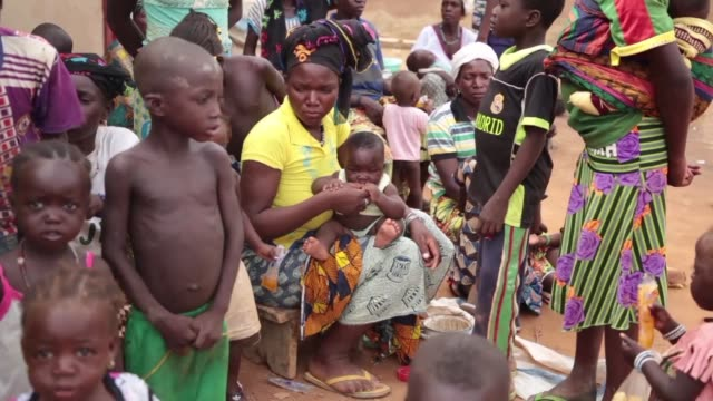 vídeos y material grabado en eventos de stock de backpacks empty utensils mattresses hastily carried away fleeing retaliation against their community in the troubled north of burkina faso a thousand... - venganza