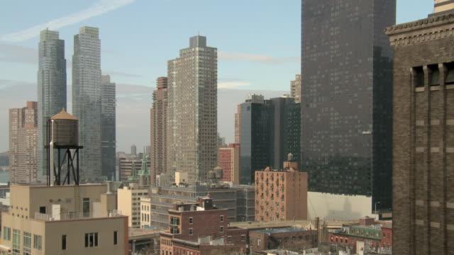 stockvideo's en b-roll-footage met ws backplate midtown high floor building with panorama skyline, traffic, crane / new york, new york, usa - opeenvolgende serie