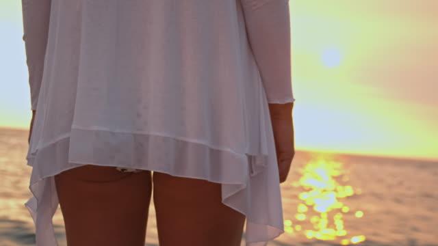 slo mo 背面た若い女性のビーチ - 水着点の映像素材/bロール
