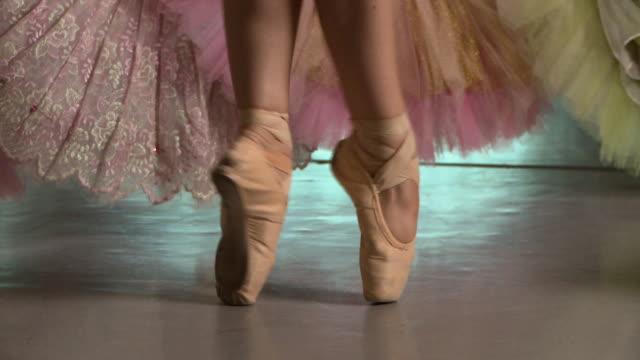 backstage ballet - auf den zehenspitzen stock-videos und b-roll-filmmaterial