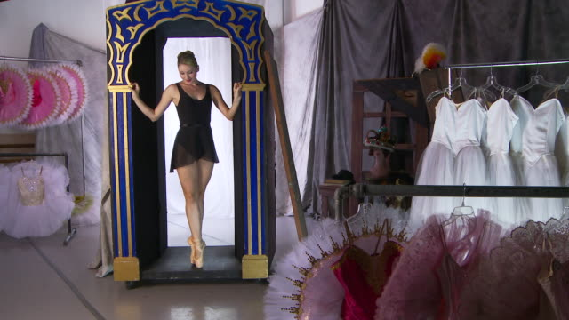 backstage ballet - gymnastikanzug stock-videos und b-roll-filmmaterial