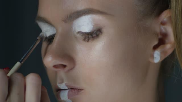 vídeos y material grabado en eventos de stock de backstage de un maquillaje de la etapa de modelo. video de la moda. - esmalte de uñas rojo