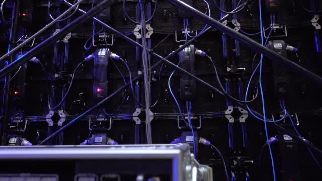 スクリーンモニターの舞台裏 - 人の背中点の映像素材/bロール