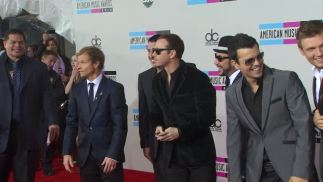 vídeos de stock e filmes b-roll de backstreet boys and new kids on the block at the 2010 american music awards arrivals at los angeles ca - american music awards