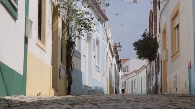 stockvideo's en b-roll-footage met backstreet, ferragudo, algarve, portugal, europe - kassei