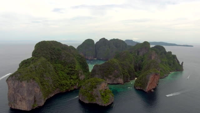 vídeos de stock e filmes b-roll de backward island  aerial view - ilhas phi phi