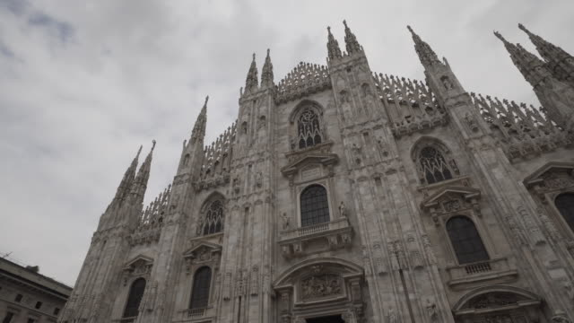 backward time-lapse: walking around the beautiful cathedral of milan italy - cattedrale video stock e b–roll