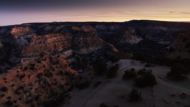vídeos de stock e filmes b-roll de backwards drone flight out of devil's canyon at nightfall - sudoeste dos estados unidos