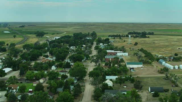 vidéos et rushes de backwards drone flight over small nebraska town - l'amérique profonde