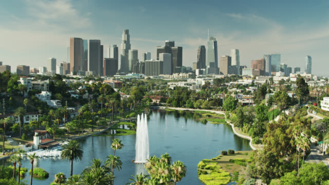 vídeos de stock e filmes b-roll de backwards drone shot of echo park and downtown la - sul da califórnia