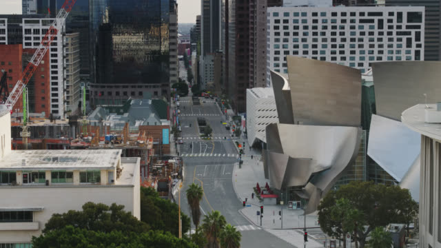 vídeos de stock e filmes b-roll de backwards drone shot of grand avenue in los angeles during covid-19 lockdown - city of los angeles