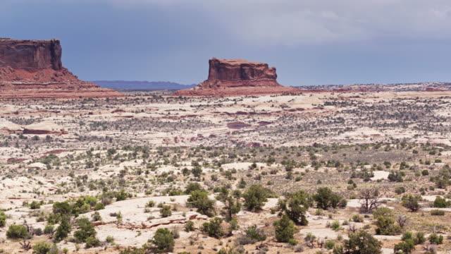 vídeos de stock, filmes e b-roll de drone para trás tiro de uma deslumbrante paisagem de utah, perto de canyonlands np - mesa formação rochosa