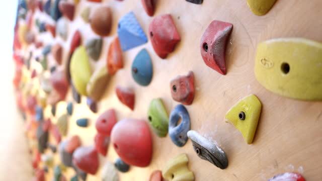 vídeos y material grabado en eventos de stock de backyard rock escalada muro - artículo de montañismo