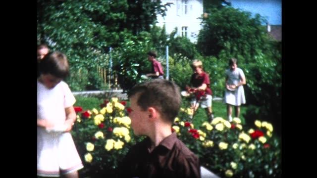 vídeos y material grabado en eventos de stock de 1965 backyard treasure hunt at birthday party - fundido en negro