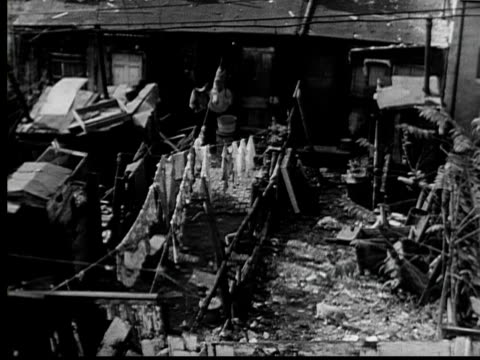 vidéos et rushes de 1953 ha ws pan backyards of row of run down row houses/ baltimore, maryland - maryland état