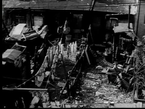 vidéos et rushes de 1953 ha ws pan backyards of row of run down row houses/ baltimore, maryland - baltimore