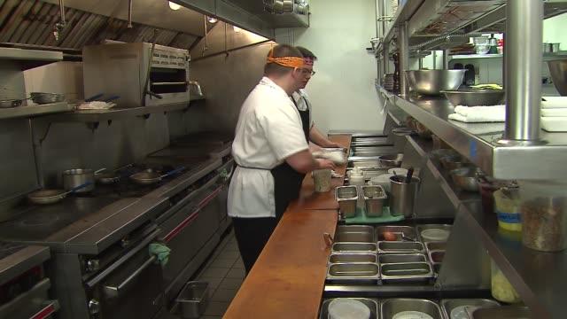 vídeos y material grabado en eventos de stock de bacon recipes at various restaurants for bacon fest on april 08, 2014 in chicago, illinois. - sartén plana