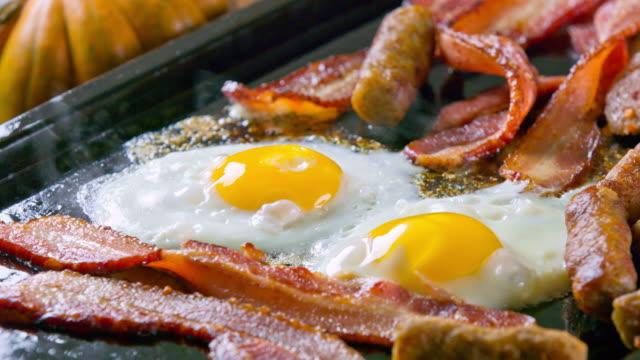Speck, Würstchen und Eier
