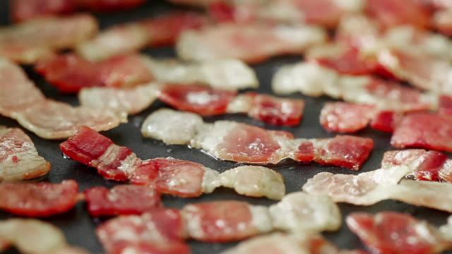 stockvideo's en b-roll-footage met bacon sizzling on frying pan - huishuidkunde