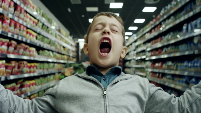 stockvideo's en b-roll-footage met slechte jongen in supermarkt - kind