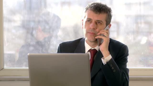 vídeos de stock, filmes e b-roll de bad news businessman-resolução 4k - anger